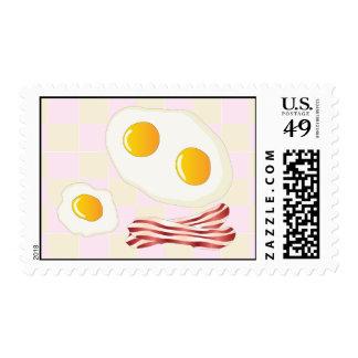 Tocino y huevos fritos un fondo cuadrado sello