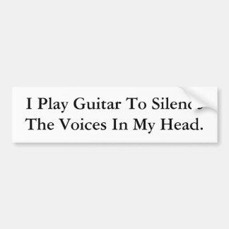 Toco la guitarra para silenciar las voces en mi ca etiqueta de parachoque