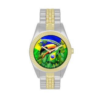 Toco Toucan con el reloj de la bandera del Brasil