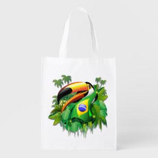 Toco Toucan con los bolsos reutilizables de la Bolsa Reutilizable