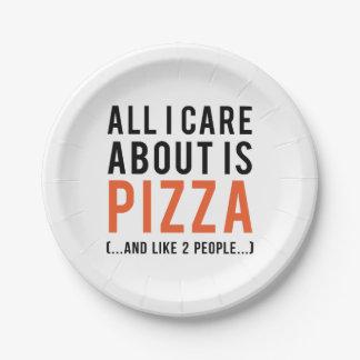 Toda cuidado de i es alrededor la pizza (y como 2 platos de papel