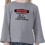 Toda la propiedad de un bombero de sexo femenino camisetas