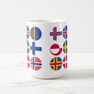 Toda la taza escandinava de las banderas