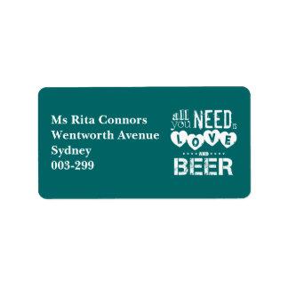 Toda lo que usted necesita es amor y cerveza etiqueta de dirección