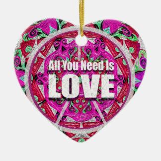 Toda lo que usted necesita es impresión del amor adorno de cerámica en forma de corazón
