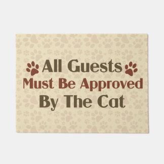 Todas las huéspedes aprobadas por el gato felpudo