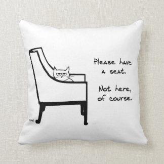 Todas las sillas pertenecen al gato enojado cojines