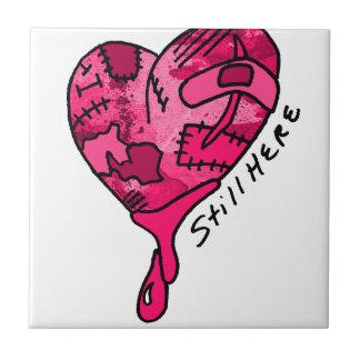 Todavía aquí corazón rosado del remiendo azulejo cuadrado pequeño