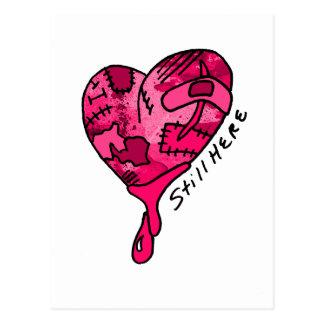 Todavía aquí corazón rosado del remiendo tarjeta postal