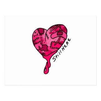 Todavía aquí corazón rosado del remiendo tarjetas postales