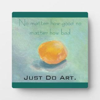 Todavía de la esfera vida anaranjada abstracta en placas con foto