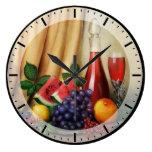 Todavía de la obra clásica vida con el vino y las  reloj