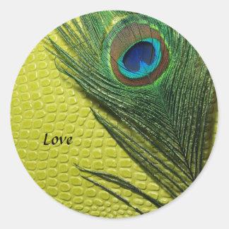 Todavía del verde vida con la pluma del pavo real pegatinas redondas