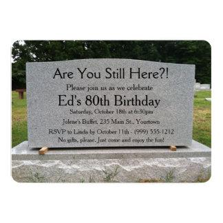 """¿Todavía está usted aquí?  El cumpleaños invita Invitación 5"""" X 7"""""""