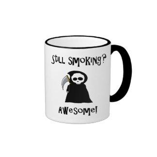 ¿Todavía fumando? ¡Impresionante! taza