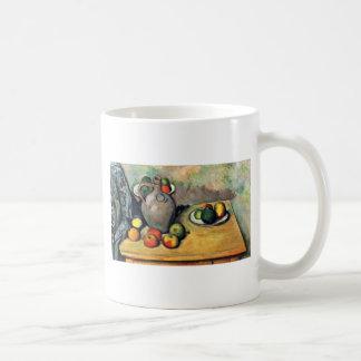 Todavía jarro y fruta en una tabla de Paul Cézanne Tazas De Café