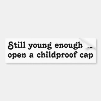 Todavía jóvenes bastante para abrir un casquillo a pegatina para auto