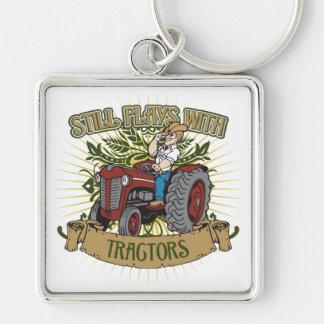 Todavía juegos con los tractores rojos llavero cuadrado plateado