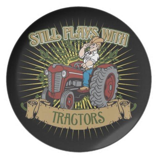 Todavía juegos con los tractores rojos platos