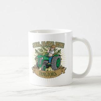 Todavía juegos con los tractores verdes taza de café