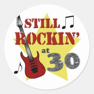 Todavía Rockin en 30 Pegatina Redonda