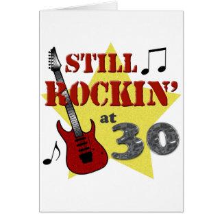 Todavía Rockin en 30 Tarjeta De Felicitación