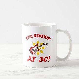 ¡Todavía Rockin en 30! Taza