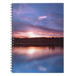 Todavía sunset lago en la oscuridad libros de apuntes con espiral
