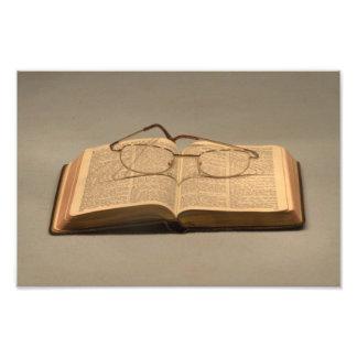 Todavía vida con la biblia y los vidrios de lectur fotografías