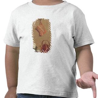 Todavía vida con la carne, la caldera y la taza camiseta