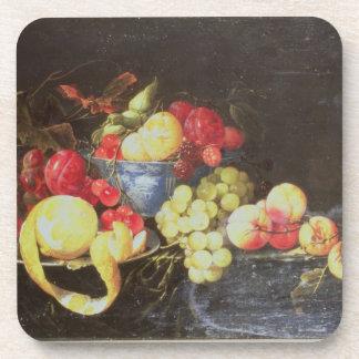 Todavía vida con la fruta en el cuenco de Delft, i Posavasos De Bebida