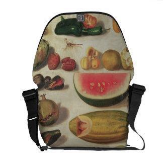 Todavía vida con la fruta y el sapo bolsas messenger