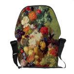 Todavía vida con las flores y la fruta bolsas de mensajeria