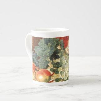 Todavía vida con las flores y la fruta taza de porcelana