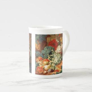 Todavía vida con las flores y la fruta tazas de porcelana