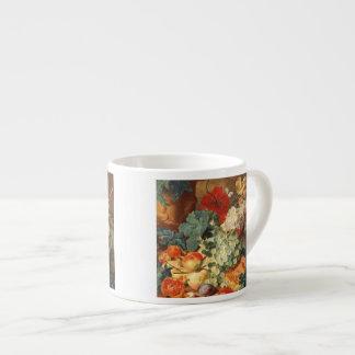 Todavía vida con las flores y la fruta taza espresso