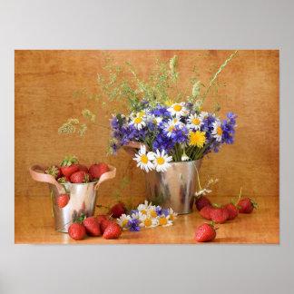 Todavía vida con las fresas y las flores salvajes póster
