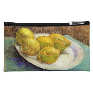 Todavía vida con los limones en una placa