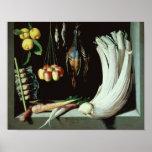Todavía vida con los pájaros muertos, fruta y posters