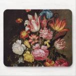 Todavía vida de flores en un florero ovoide tapete de ratones
