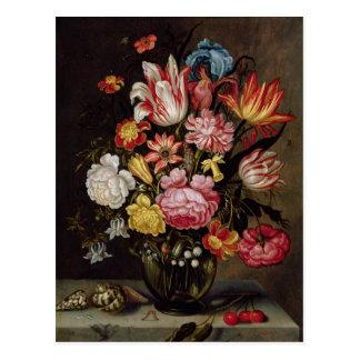 Todavía vida de flores en un florero ovoide postal