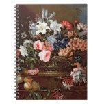 Todavía vida de flores en una cesta cuadernos
