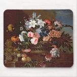 Todavía vida de flores en una cesta tapetes de ratón