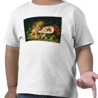 Todavía vida de la fruta en una repisa camisetas