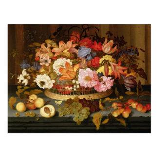 Todavía vida de la fruta y de una cesta de flores tarjeta postal