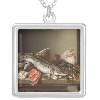 Todavía vida de pescados en una tabla colgante cuadrado