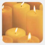 Todavía vida de velas encendidas calcomanías cuadradass personalizadas