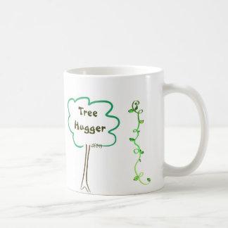 Todo alrededor del árbol Hugger con la taza de