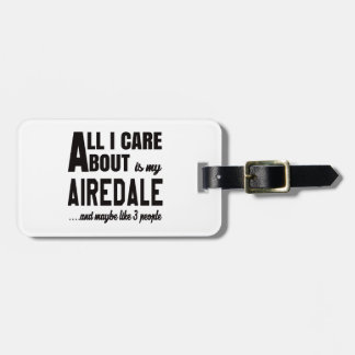 Todo cuidado de i es alrededor mi Airedale. Etiquetas Para Maletas