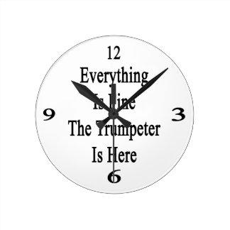 Todo es el trompetista está muy bien aquí reloj redondo mediano